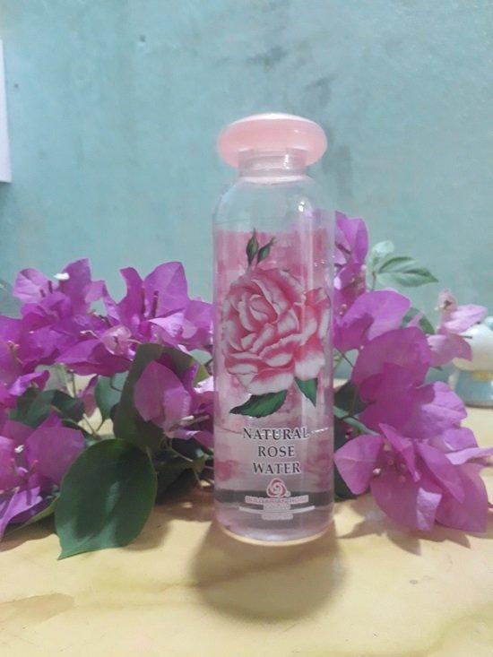 Nước hoa hồng NATURAL ROSE WATER giúp da mềm và sạch da, se khít lỗ chân lông, làm da săn chắc hơn (Ảnh: BlogAnChoi).