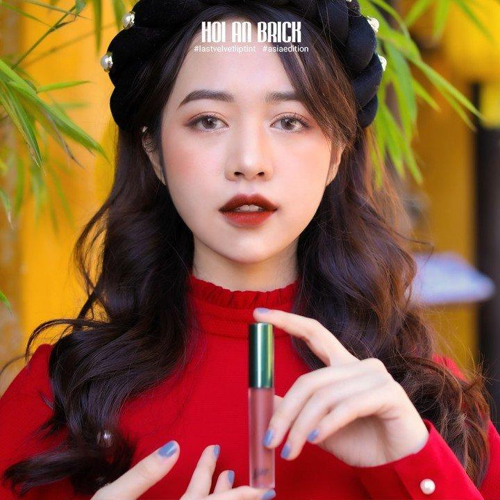 Màu son mang tên thành phố Hội An chính là sắc đỏ nâu gạch trendy. (nguồn: Internet)