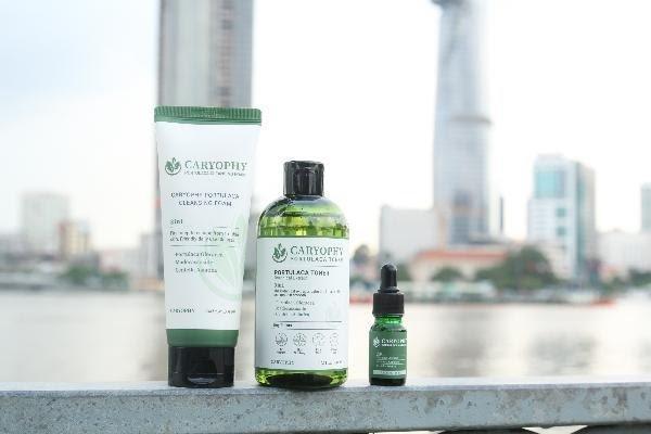 Dòng sản phẩm trị mụn, ngừa thâm chiết xuất chủ yếu từ rau sam của Caryophy đã gây tiếng vang cho thương hiệu. (Ảnh: Internet)