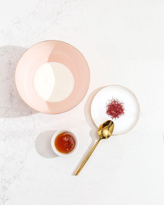 Đắp mặt nạ saffron với mật ong 2 lần/tuần giúp dưỡng ẩm và dưỡng trắng da hiệu quả. (Nguồn: Internet)