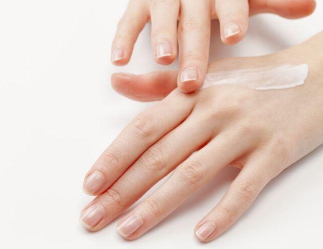 Lấy một lượng kem vừa đủ và massage nhẹ nhàng giúp dưỡng chất thấm đều vào da (Ảnh: Internet)
