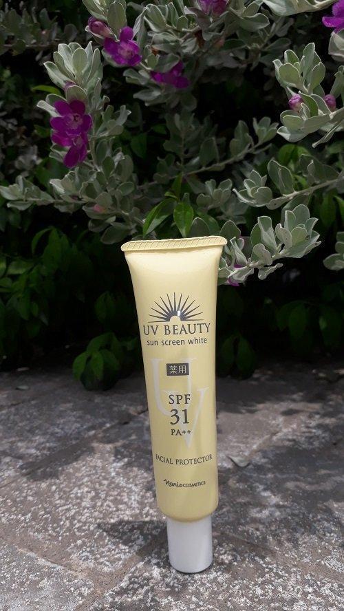 Naris UV BEAUTY Sun Screen White SPF31 PA++ là sản phẩm có sự kết hợp công thức chống nắng vật lý lai hóa học (ảnh: BlogAnChoi).