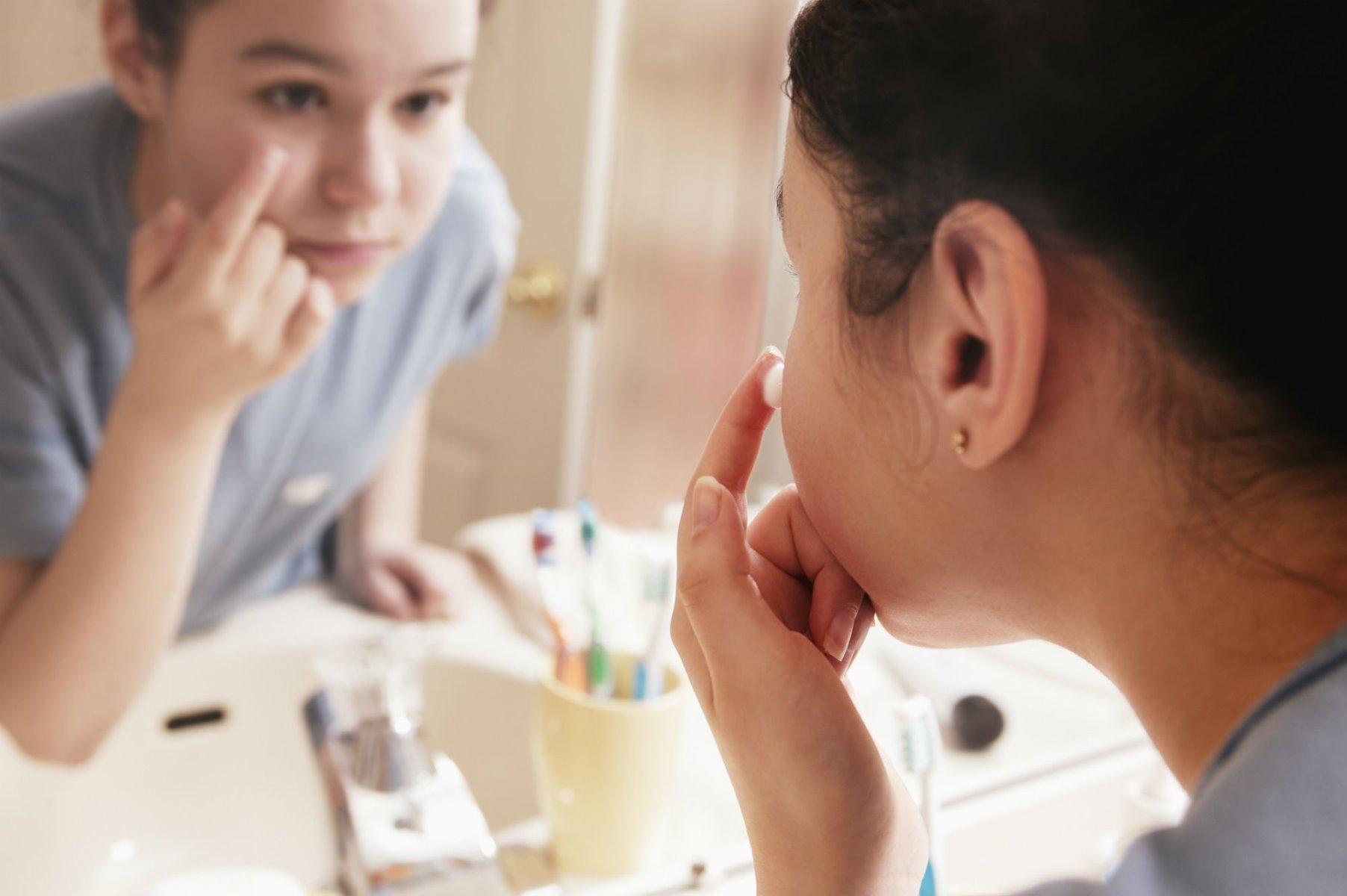 Sử dụng kem trị mụn Ducray Keracnyl PP Anti-blemish Soothing Cream lên vùng da bị mụn (Nguồn: Internet)