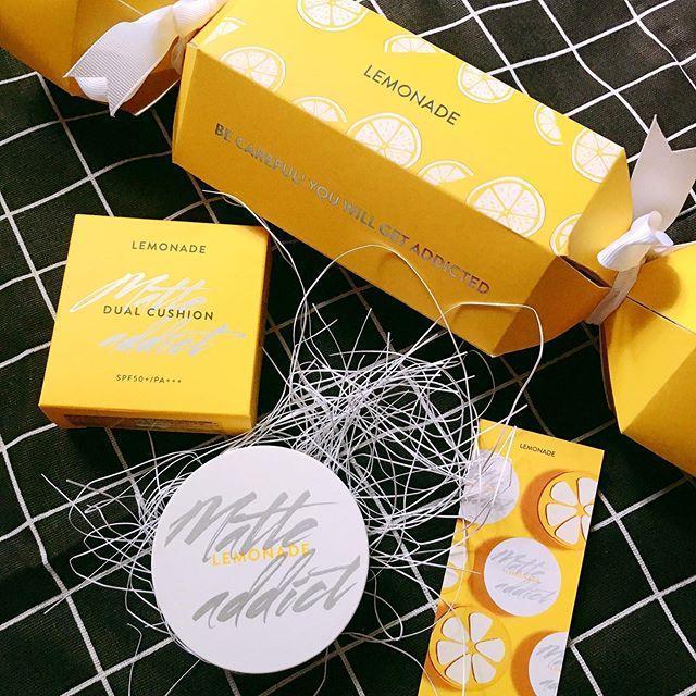 Cushion Lemonade Matte Addict Dual được để trong một hộp giấy hình viên kẹo màu vàng ươm xinh xắn (Ảnh: Internet)