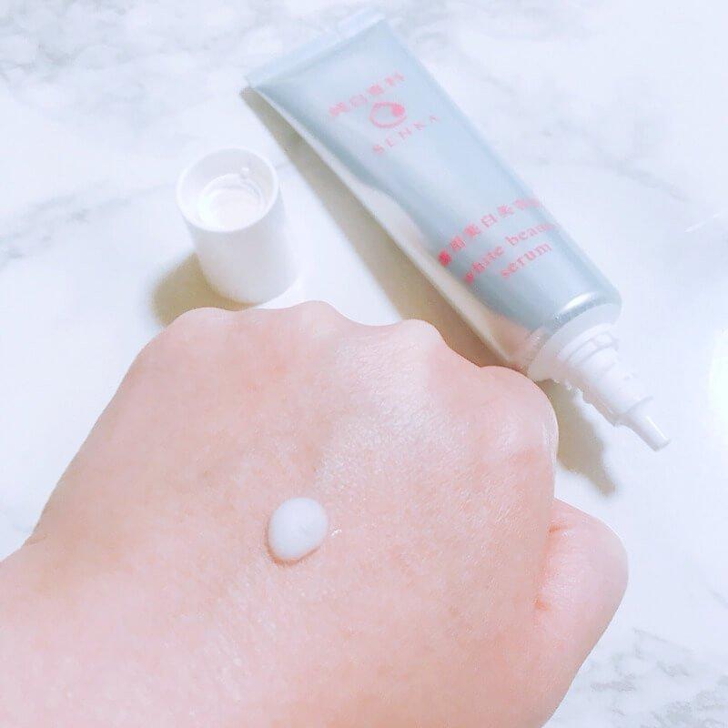 Sau khi thoa serum nên vỗ nhẹ lên mặt để thấm nhanh hơn (nguồn: Internet)