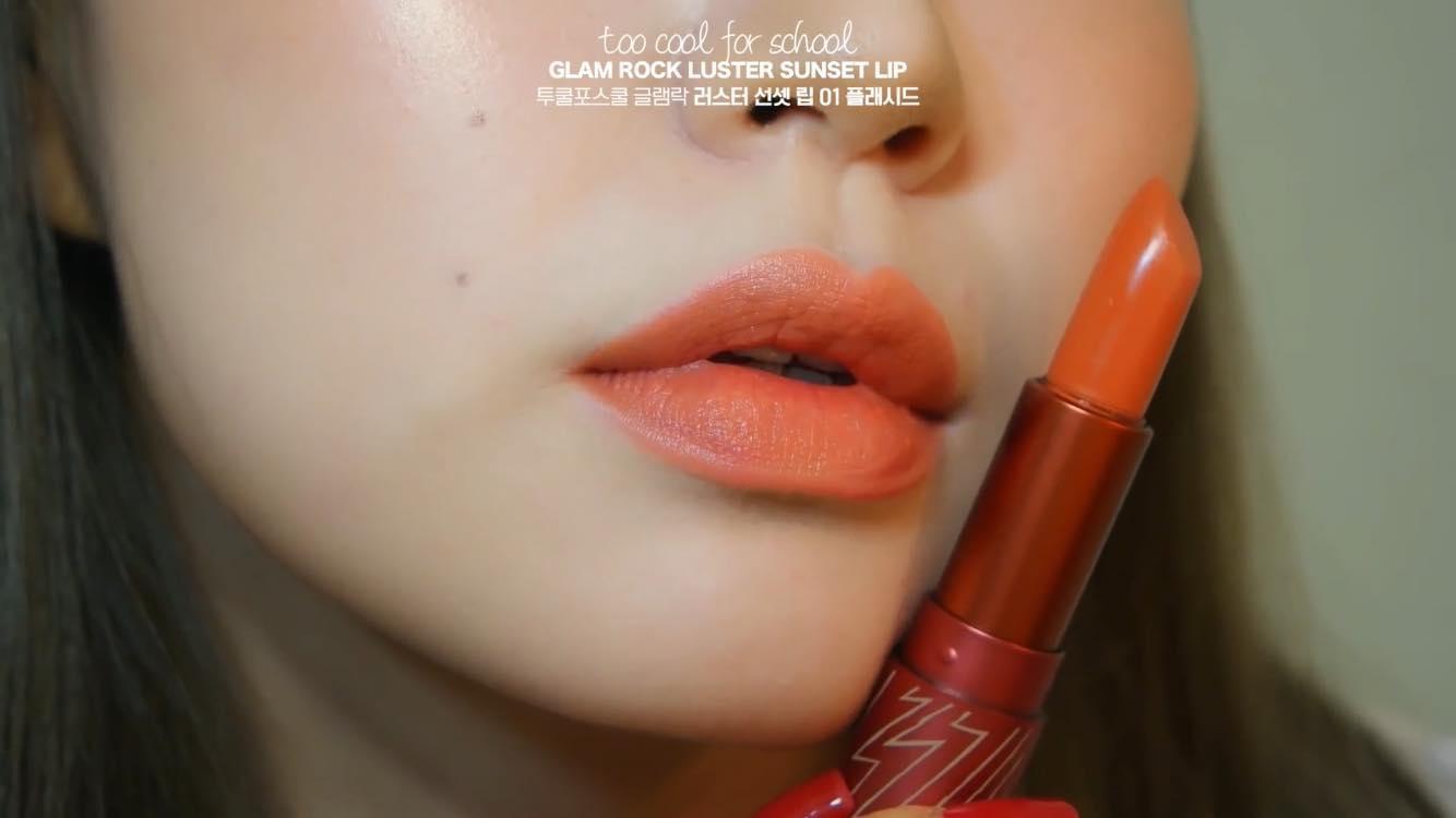Màu son 01 thích hợp cho phong cách makeup với tông màu cam ấm áp cho mùa đông lạnh lẽo.