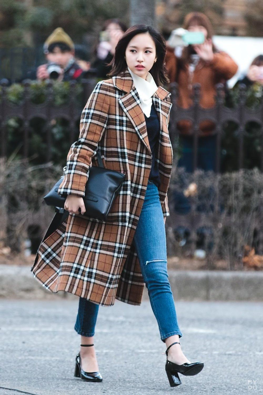 Áo khoác dài kết hợp với quần jean khiến bạn trông sang chảnh hơn nhiều