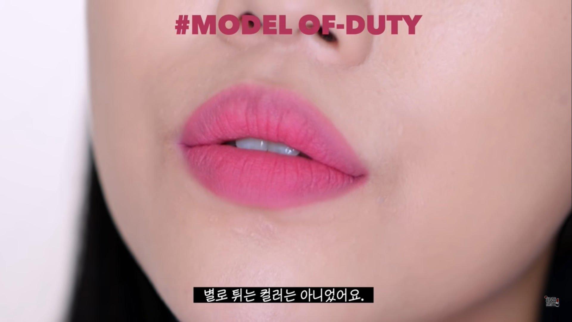 Model Of Duty là sắc hồng lạnh, không tạo cảm giác sến sẩm mà rất cá tính. (nguồn: Internet)