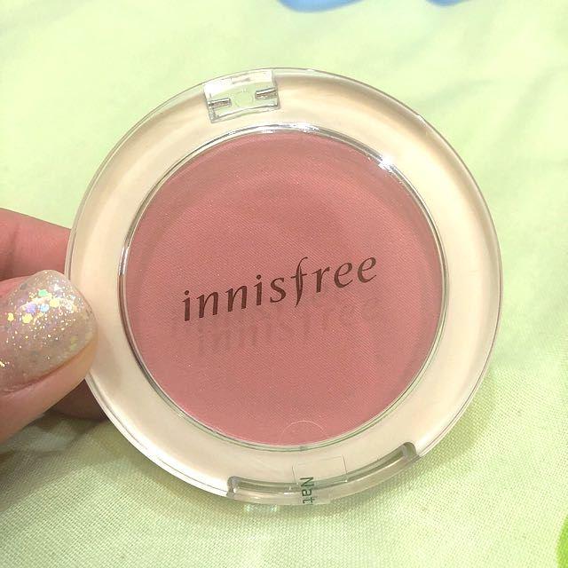 Phấn má hồng chứa bột khoáng thiên nhiên nên có tính năng kiềm dầu khá tốt, giữ màu được trong khoảng 4 giờ đến 5 giờ (ảnh: internet).