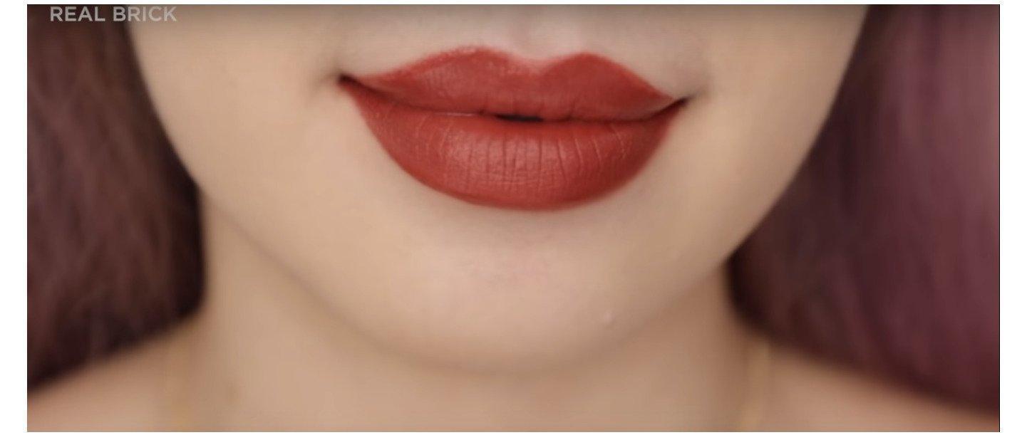 Sắc nâu nhỉnh hơn cả, vì vậy, nếu bạn đánh full môi thì nên trang điểm đi kèm nha