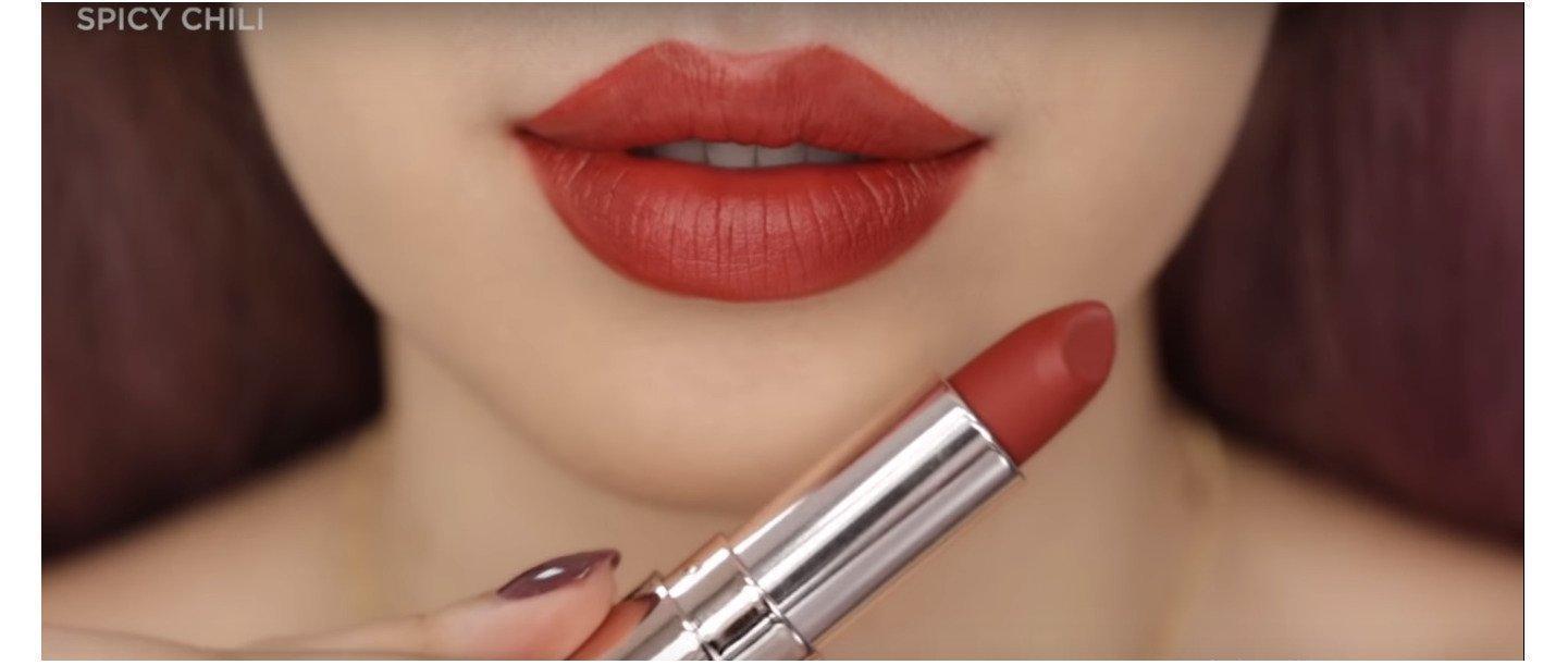 Màu son dễ dùng, có thể phối với nhiều kiểu makeup khác nhau, không kén tone da hay men răng, dịp gì dùng cũng đẹp