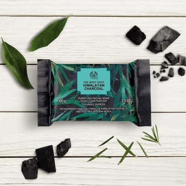 Thiết kế bao bì sang - xịn - mịn của xà phòng rửa mặt The Body Shop với tone màu đen kết hợp xanh lá. (Ảnh: Internet)