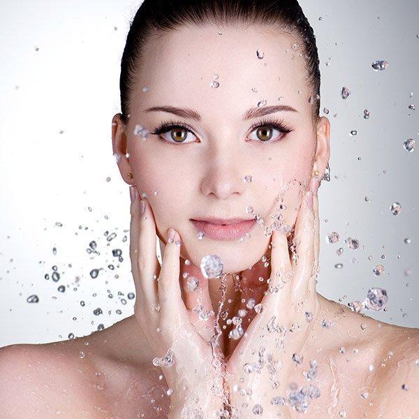 Sữa rửa mặt có công dụng giúp làn da sạch sẽ, đều màu hơn, trắng sáng, rạng ngời (ảnh: internet).