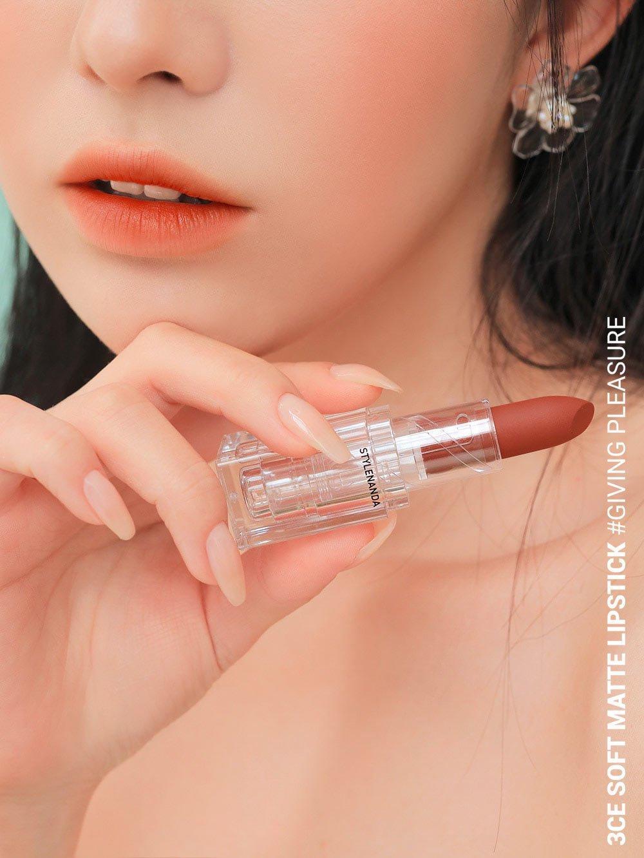 3CE Soft Matte Lipstick Clear Layer Edition có chất son mịn như nhung nhưng lại làm lộ vân môi nhiều. (nguồn: Internet)