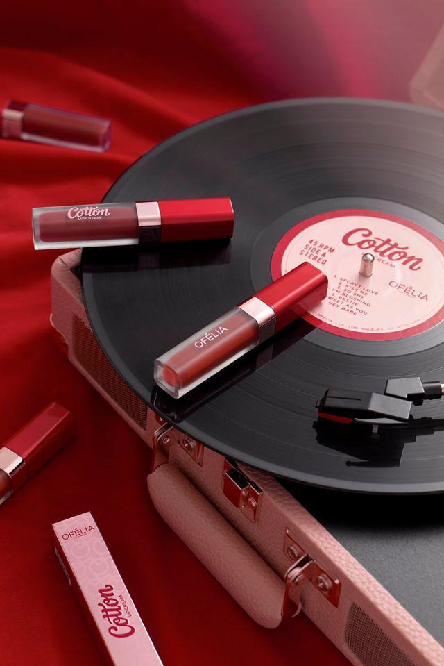 Thỏi son thiết kế sang trọng, tinh tế với gam màu đỏ nổi bật. (nguồn: Internet)