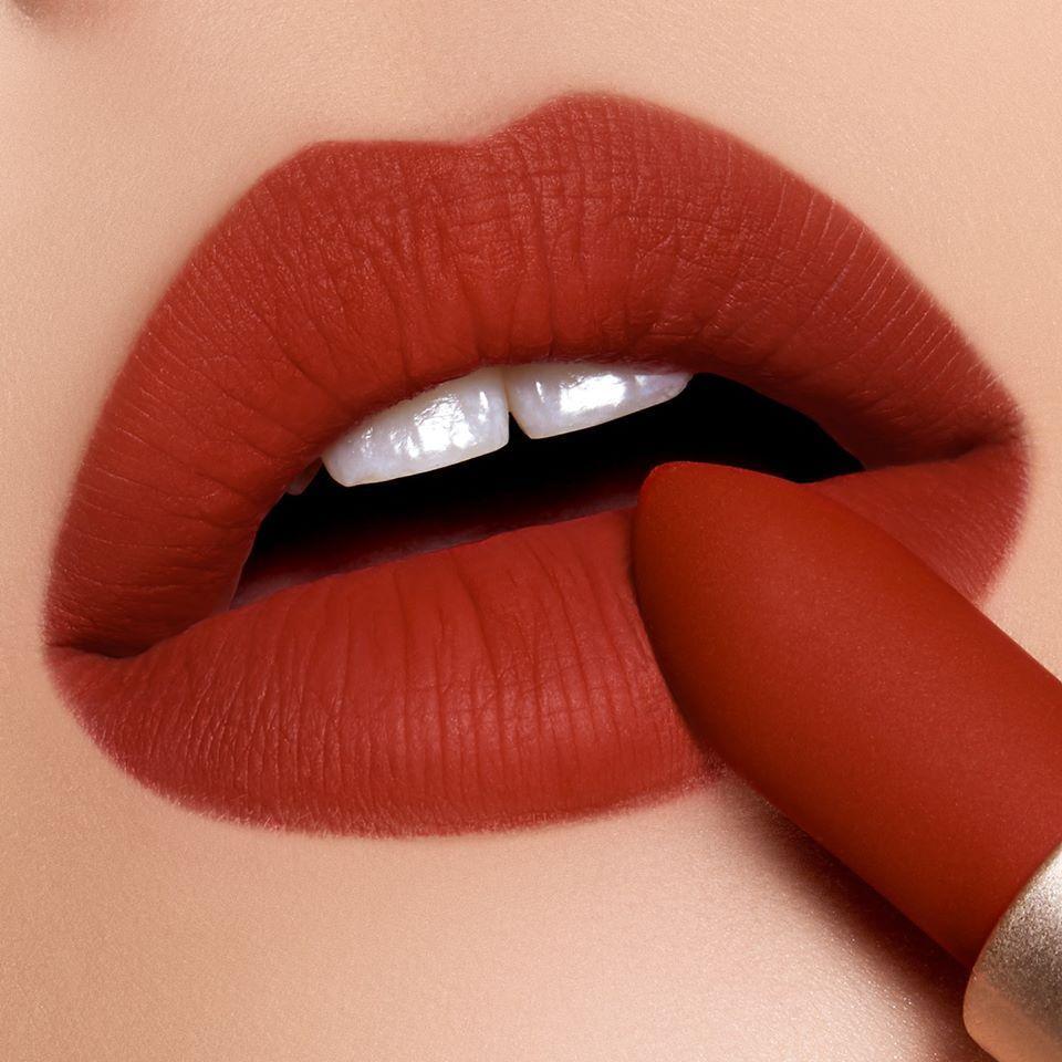 Màu đỏ gạch trầm nóng bỏng tạo nên cái nhìn sexy và lôi cuốn, một sự lựa chọn hoàn hảo cho mọi tone da (Ảnh: Internet)