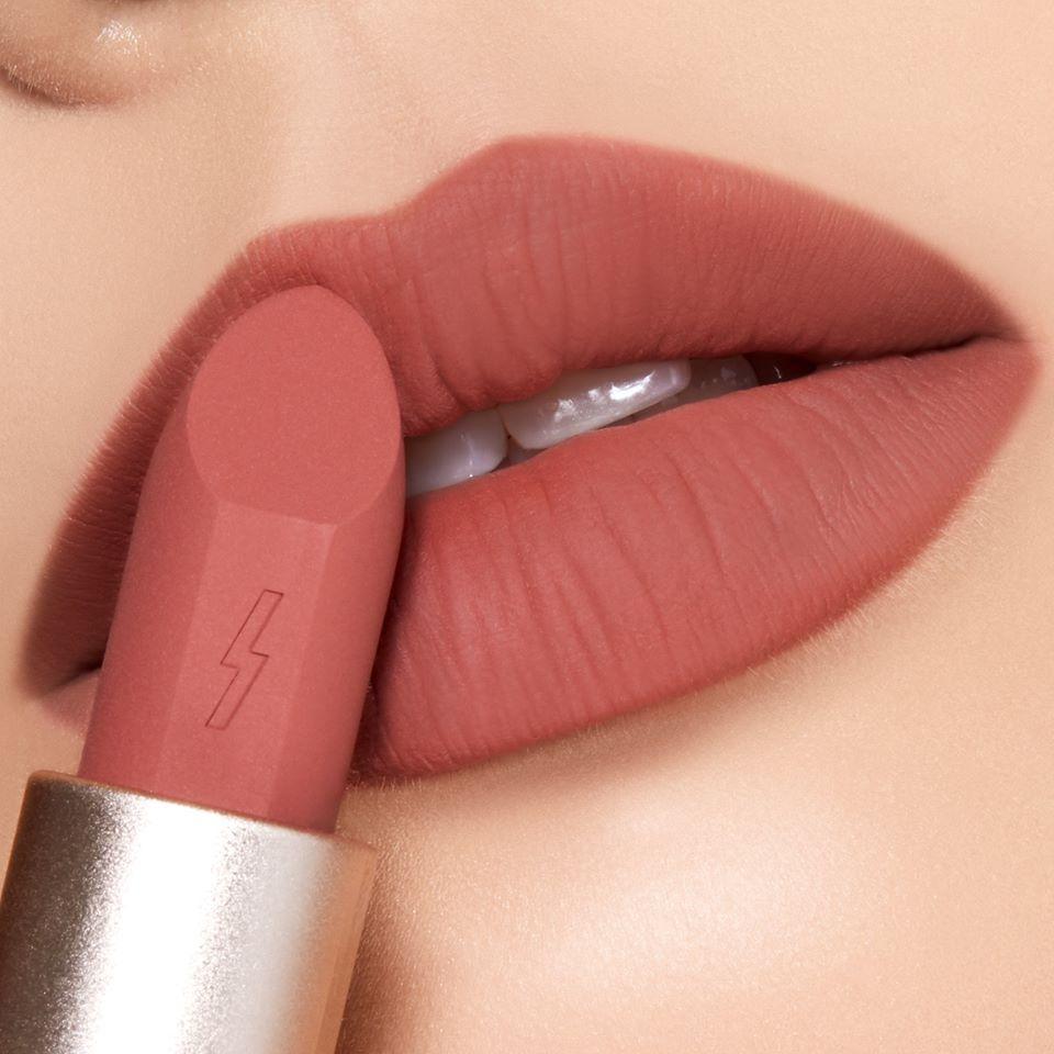 Sắc cam đất ửng đào làm đôi môi bạn căng mọng và chúm chím xinh xinh, rất phù hợp với các bạn thích nữ tính, tự nhiên (Ảnh: Internet)