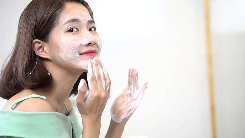 Sử dụng sữa rửa mặt đúng loại và rửa mặt đúng cách để chăm sóc làn da tốt nhất ngay từ bước đầu tiên