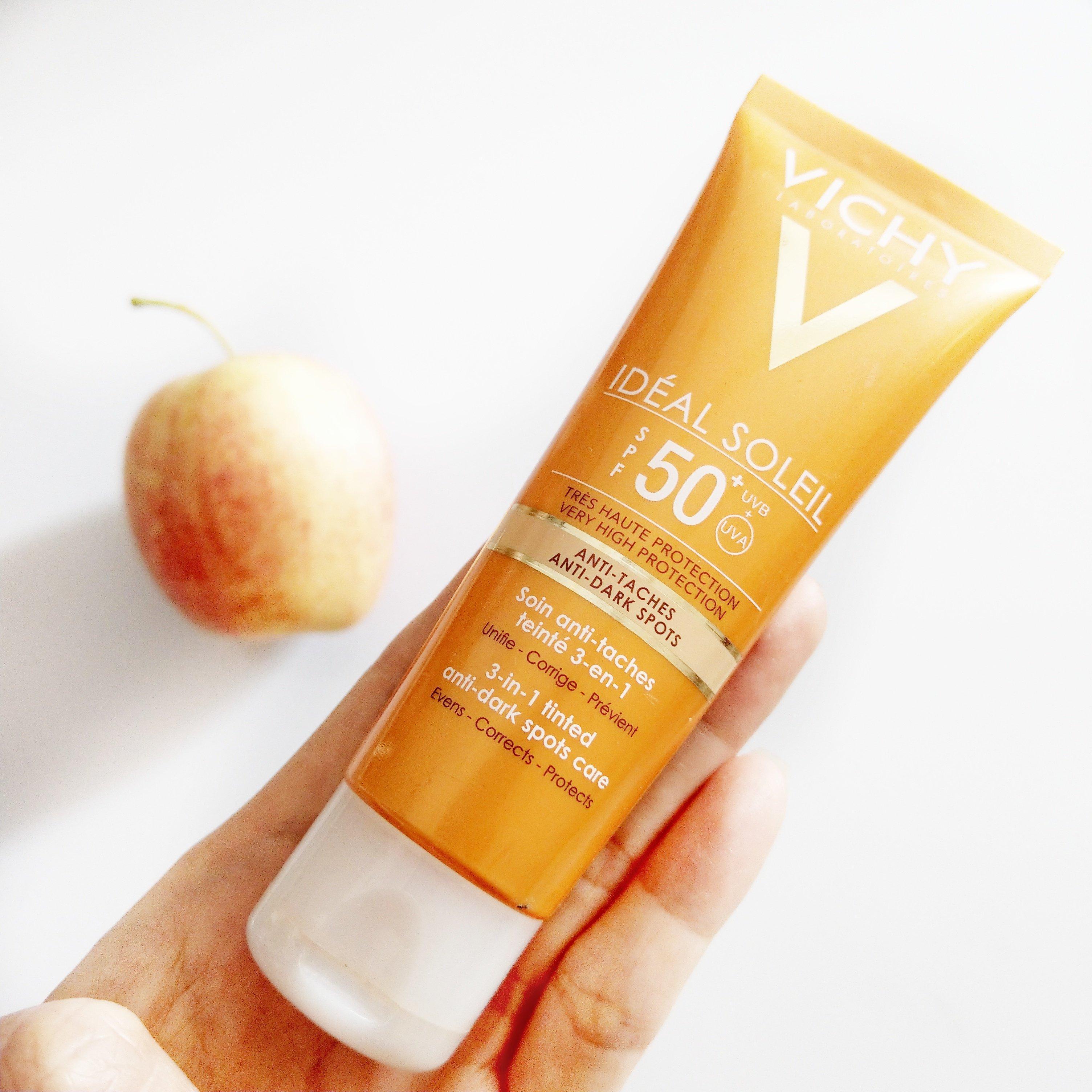 """Với những nàng có làn da yếu, dễ bị tổn thương thì kem chống nắng Vichy bản 3 in 1 chắc hẳn sẽ là """"trợ thủ đắc lực"""" trong mùa nắng đấy nhé. (Ảnh: Internet)"""