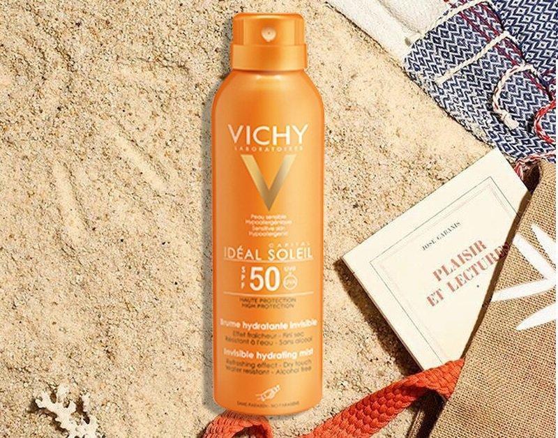Một ưu điểm của xịt chống nắng Vichy chính là khả năng chống nắng cho cả cơ thể, thiết kế nhỏ gọn cho nàng thuận tiện sử dụng. (Ảnh: Internet)