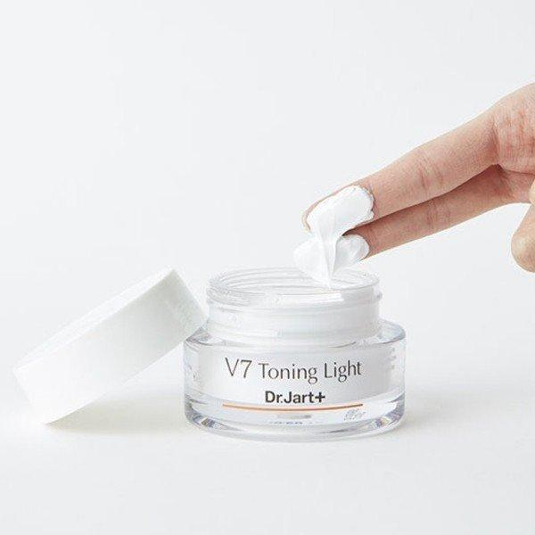 Kem dưỡng trắng da V7 Toning Light có chất kem đặc nhưng không gây bết dính. (nguồn: Internet)