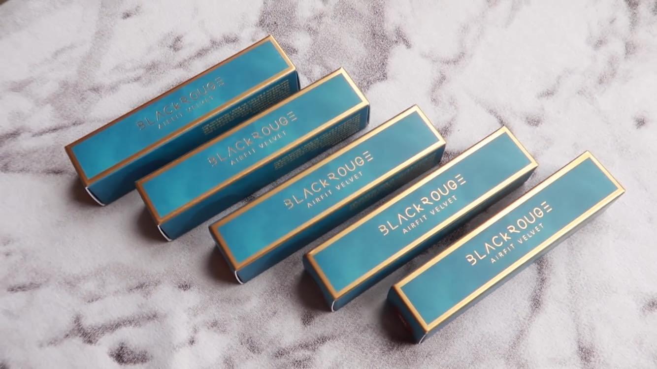 Vỏ hộp giấy của son với lớp màu xanh thẫm, được trang trí thêm những ngôi sao nhỏ xinh để phù hợp cho concept lần này của bộ sưu tập
