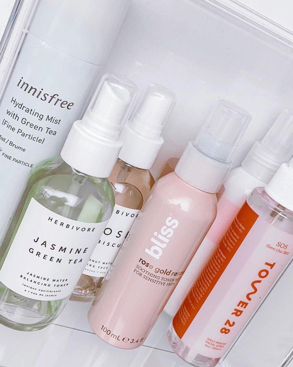 Thay vì sử dụng nước thường gây khô da rửa mặt, xịt khoáng giúp cung cấp độ ẩm, làm sạch sâu làn da không gây khô căng. (Ảnh: Internet)