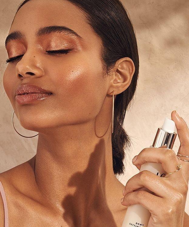 Các nàng nên lưu ý cân nhắc lựa chọn dòng xịt khoáng phù hợp với nhu cầu và loại da của mình nhé. Với nàng có làn da nhạy cảm, xịt khoáng làm dịu làn da kích ứng và bảo vệ da trước tác động môi trường sẽ là một lựa chọn tuyệt vời. (Ảnh: Internet)