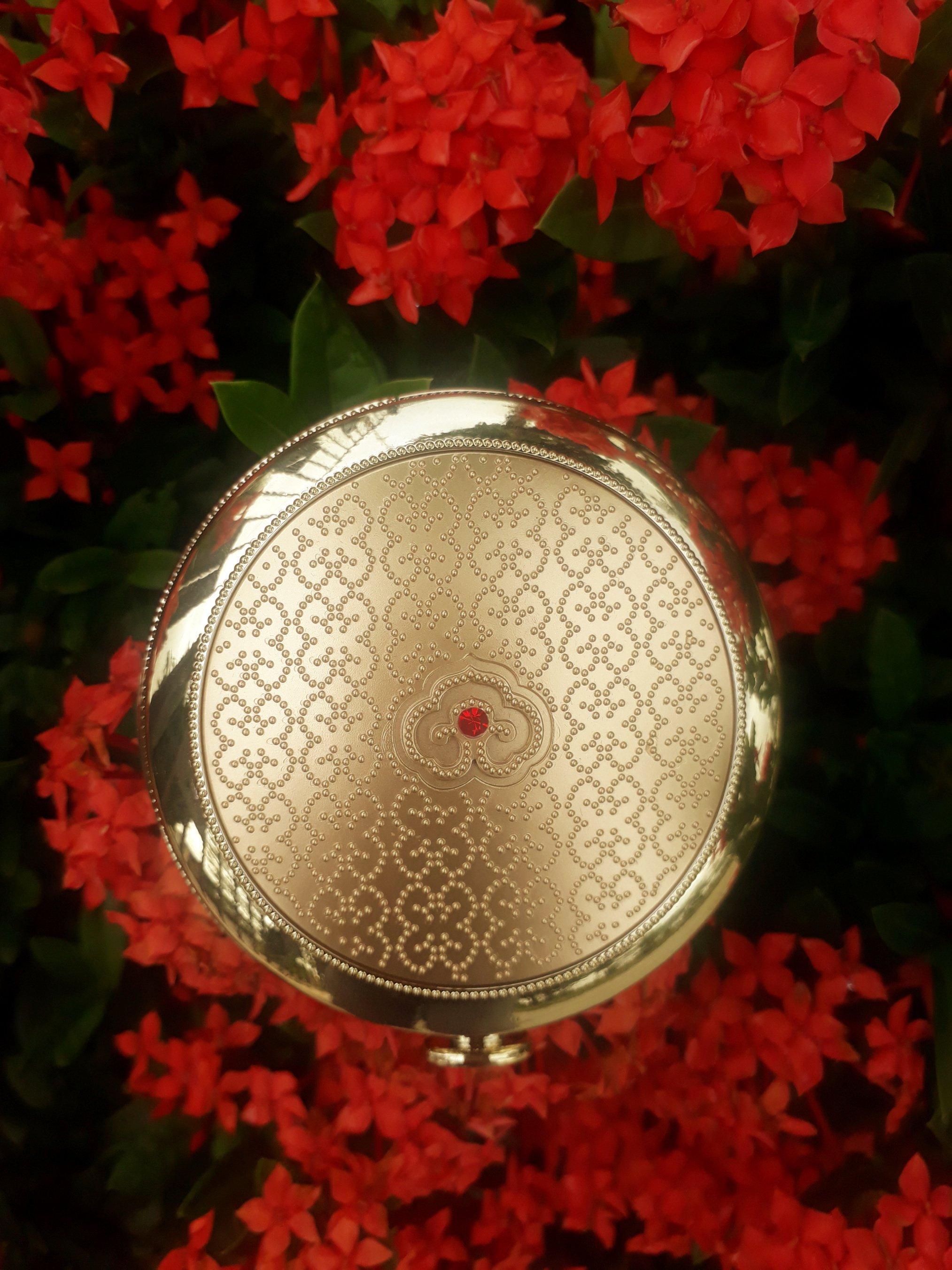 Hộp phấn được đầu tư thiết kế toát lên vẻ ngoài sang trọng, tinh tế, đẳng cấp (ảnh: BlogAnChoi).