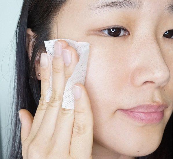 Lau mặt với nước cân bằng giúp làm sạch sâu, ngừa mụn cho da. (Nguồn: BlogAnChoi)