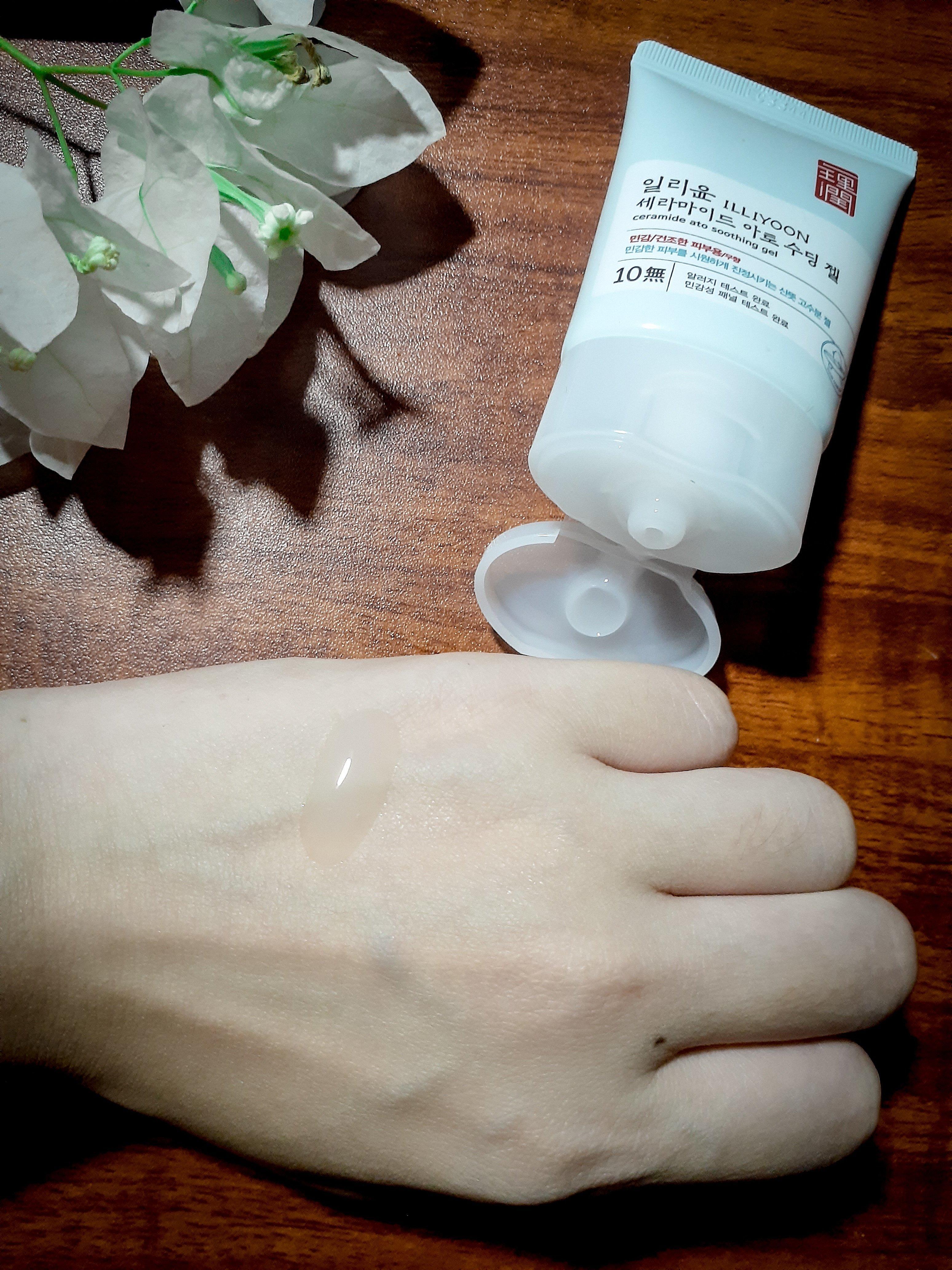 Gel dưỡng ẩm ILLIYOON Ceramide Ato Soothing Gel có texture mỏng, nhẹ, thấm nhanh. (Nguồn: BlogAnChoi.)