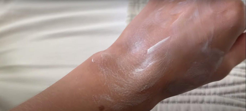 Altruist Dermatologist Sunscreen SPF30 có texture dạng kem lỏng, khá dễ tán. (Nguồn: Internet.)