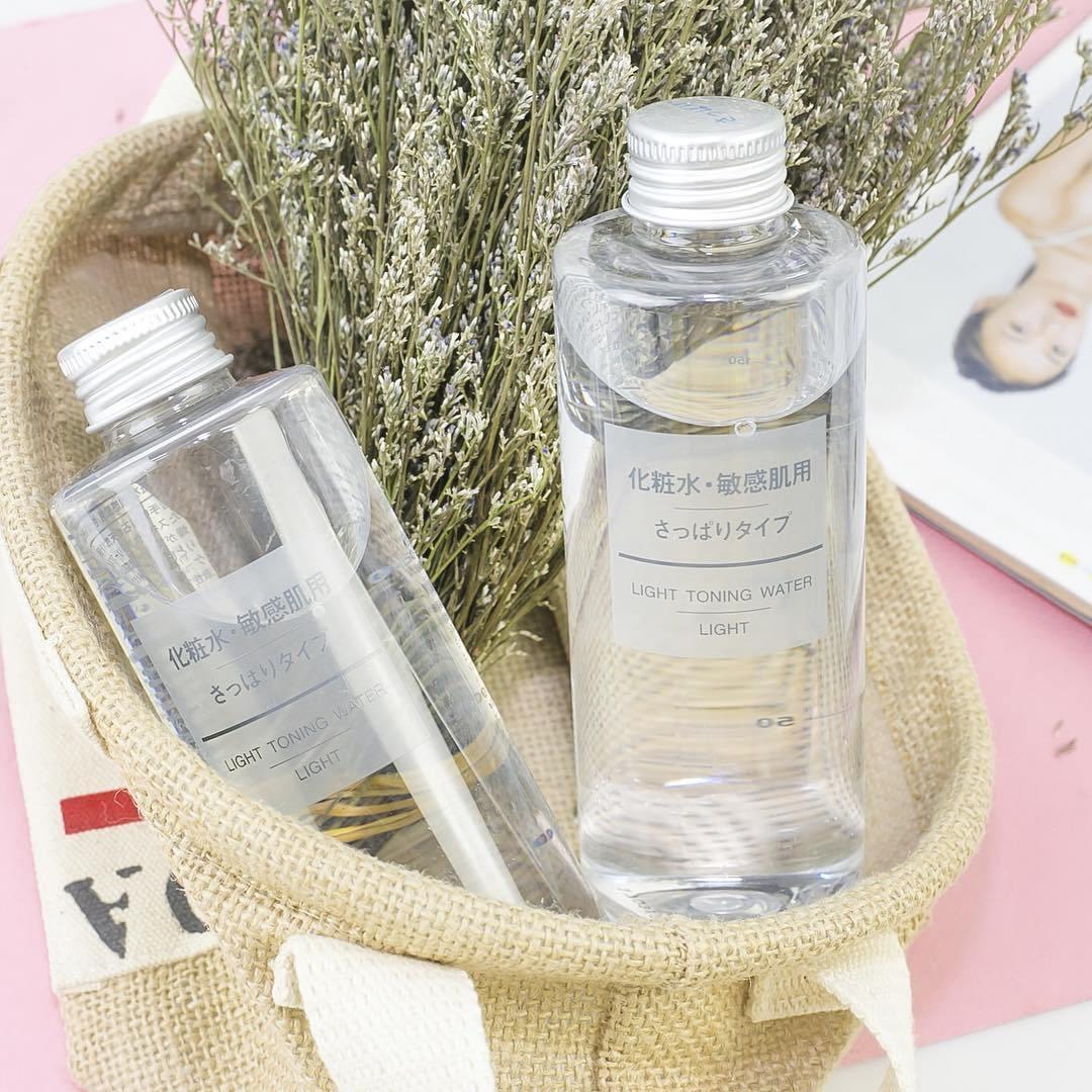Sản phẩm nước cân bằng Muji Light Toning Water với thiết kế chai trong suốt đơn giản thanh lịch (Nguồn: Internet)