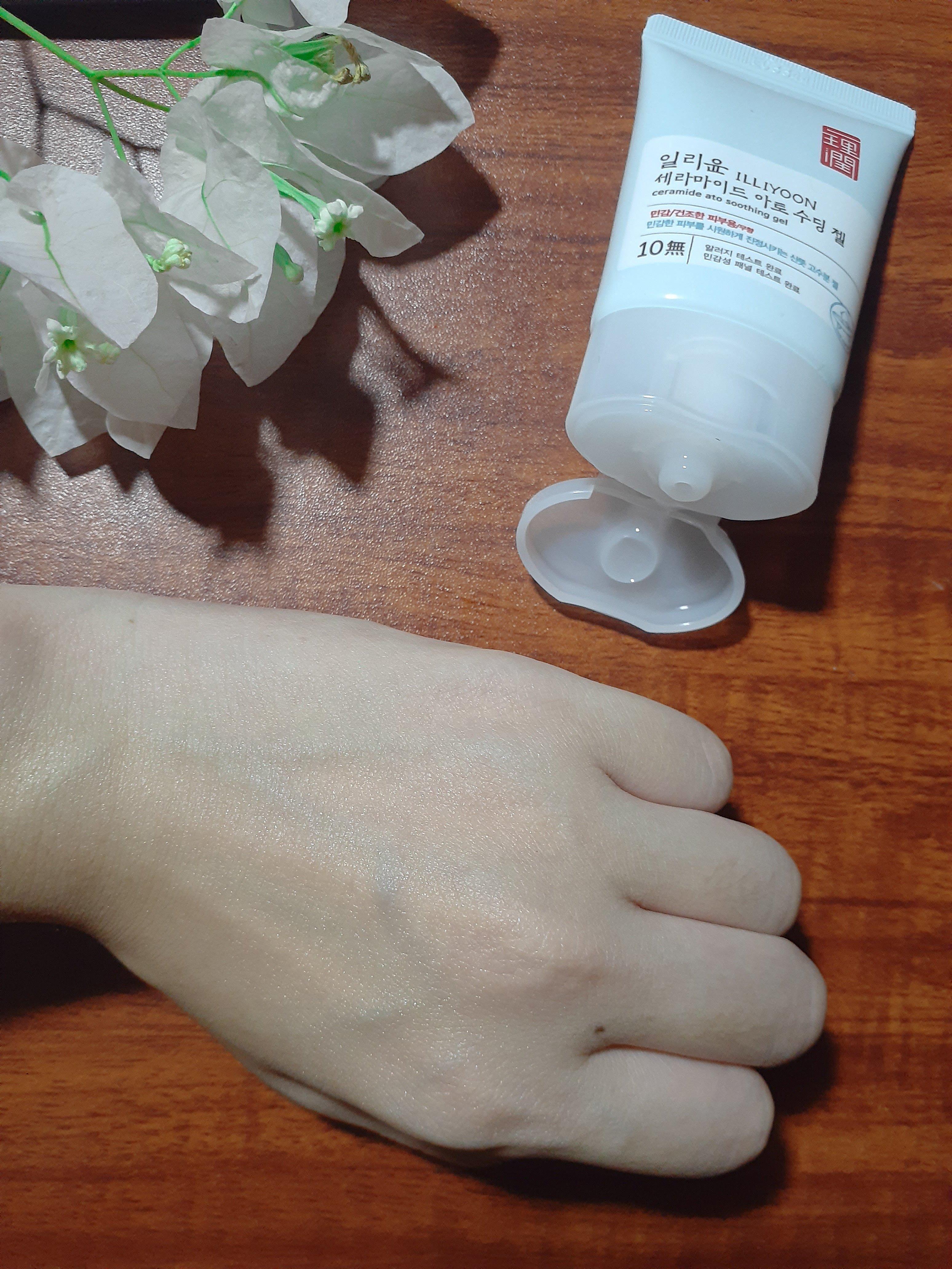 Gel dưỡng không thấm hết vào da hay khô ráo hẳn mà vẫn để lại một màng mỏng nhẹ trên da. (Nguồn: BlogAnChoi.)