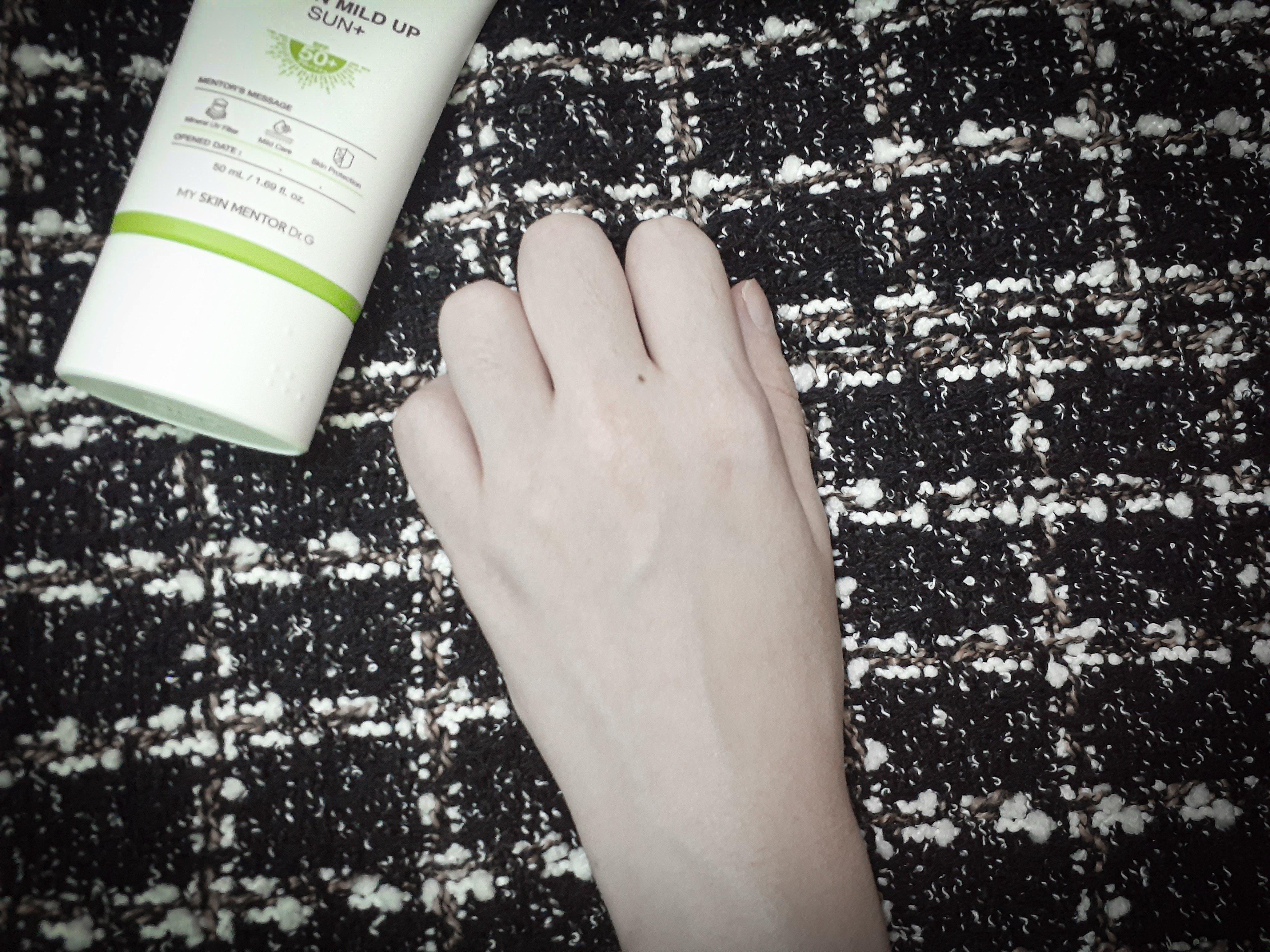 Finish để lại trên da rất đẹp, rất dễ tán, không vón, không bóng và kiềm dầu nhẹ. (Nguồn: BlogAnChoi.)