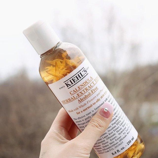 Toner hoa cúc Kiehl's Calendula Herbal Extract Alcohol nằm trong top nước hoa hồng trị mụn tốt nhất.