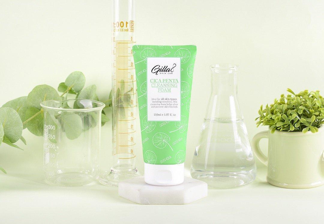 Sữa rửa mặt rau má Gilla8 được gói ghém trong bảng thành phần gồm công thức Cica Penta Complex cùng 8 loại thảo mộc lành tình (Nguồn: Internet).