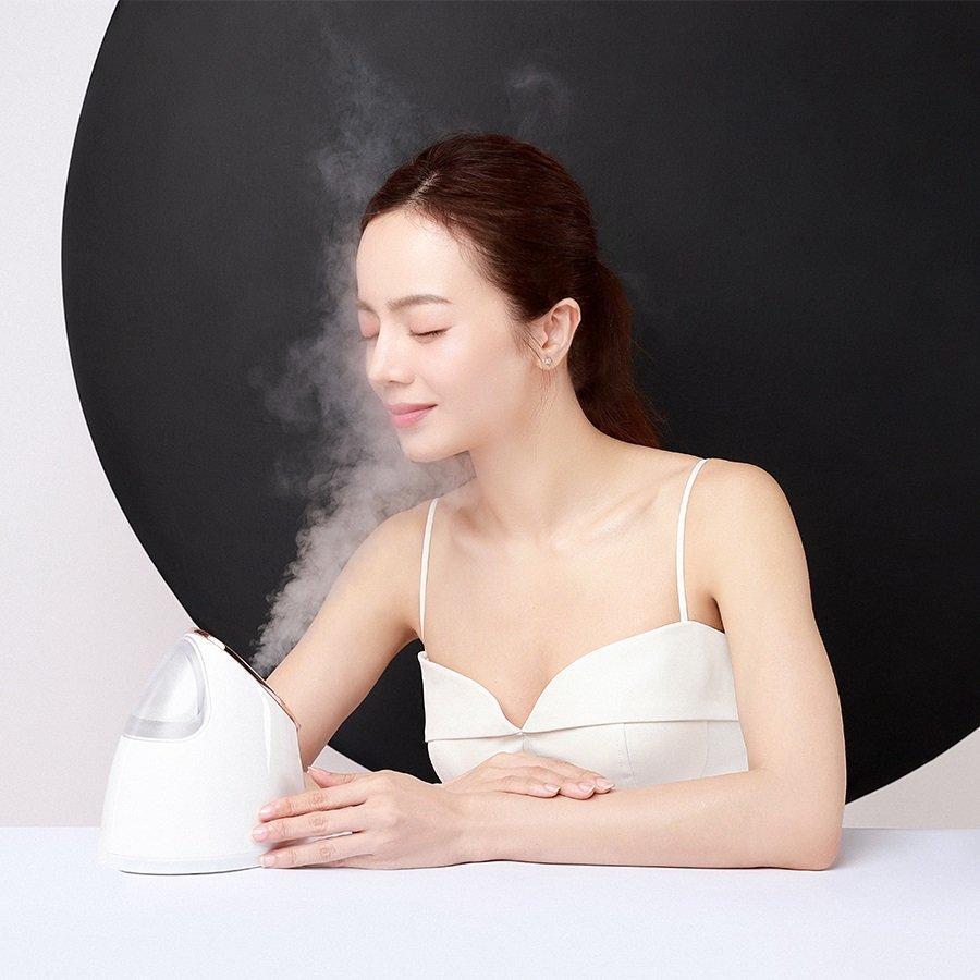 Sử dụng máy xông mặt EMMIÉ giúp cải thiện làn da của bạn. (Ảnh: Internet).