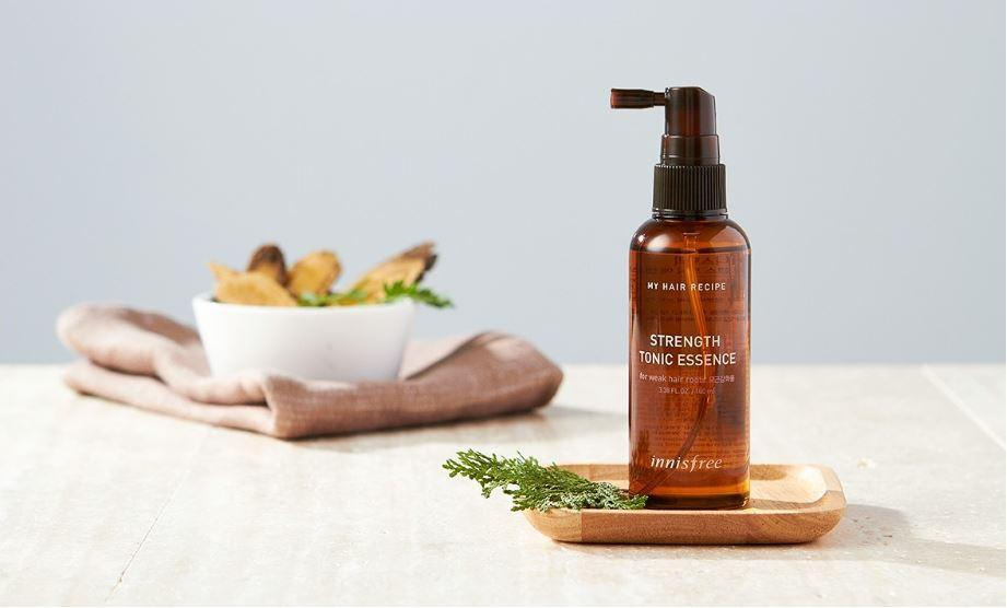 Xịt dưỡng tóc Innisfree với hương thơm thảo mộc giúp sảng khoái tinh thần (Nguồn: Internet)